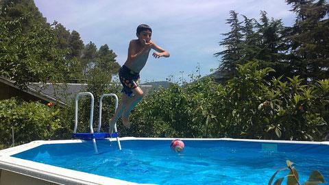 Mi nieto Edu,saltando al agua,y esto que en su casa tiene una de mas grande.