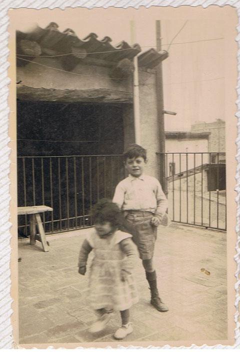 """Con mi hermana en la casa donde nacimos,la casa se llamaba en aquellos tiempos """"Cal  Jepus""""....en la calle Nueva Nº 30 de Igualada."""