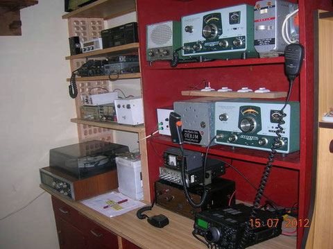 """Llenando la Estacion de Radio.......con un par de aparatos """" Del Abuelo,ja ja """"..pero funcionan."""