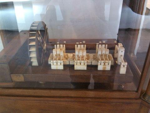 Una maquina de martillos para desacer trapos para la pasta de papel....en miniatura.