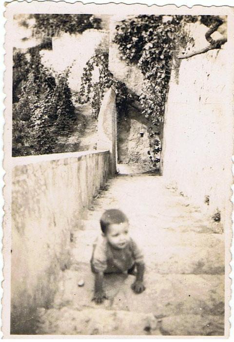 Yo subiendo escaleras en Copons.