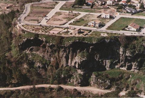 Las cuevas y por encima  los jardines del Capello,con pocas casas,ahora ya casi esta lleno de casas.