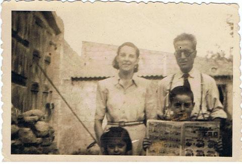Mi padre mi madre y mi hermana,en casa de mi abuela en Igualada.