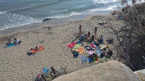 Bastantes bañistas en la playa.