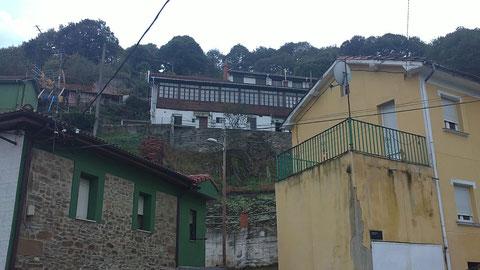 Es en Santa Cruz de Mieres,  Es un grupo de casas que se llama SOVILLA.Sovilla -