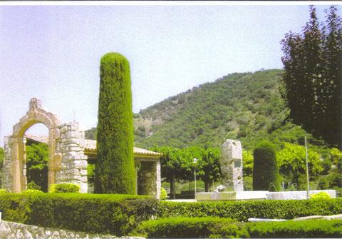 Un jardin para pasear en los dias de verano,al fondo la montaña,la llaman Miramar,pues en los dias claros desde arriba se ve el mar a lo lejos.