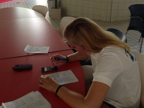 Trainerin Janine Müller bei der Testauswertung