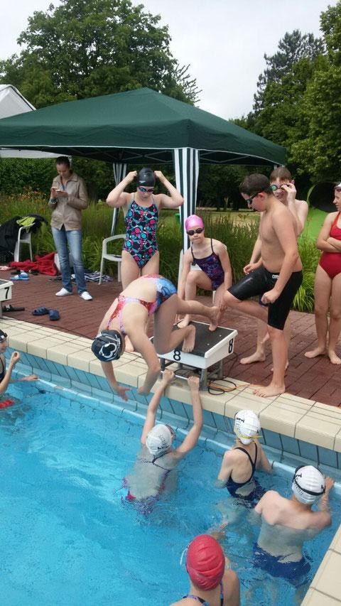 Frieren im kalten Wasser vor den obligatorischen Sprints beim Einschwimmen