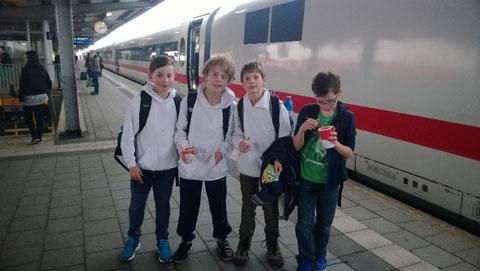 Am Zug nach dem Besuch einer Spezialeisdiele auf Empfehlung von Trainer Leif Sommer