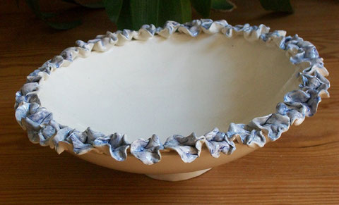 Schale in Ton mit Hortensienblüten, Durchmesseer 26 cm