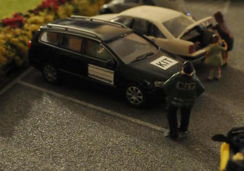 Mitarbeiter des Kriseninterventionsteams in Einsatzjacke vor seinem mit Magnettafeln gekennzeichneten Privatfahrzeug.