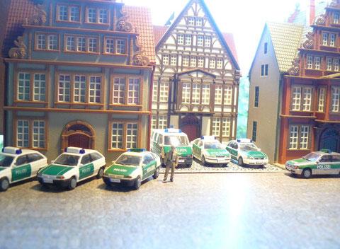 Der Polizeiposten Gerlsbach (Gebäude in der Mitte) im Jahre 2004, kurz nach Sonnenaufgang