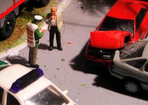 Verkehrspolizist bei der Unfallaufnahme