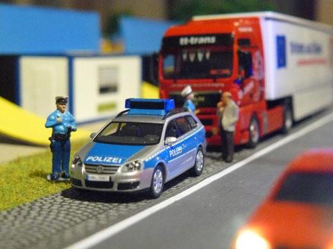 Kollegen des Polizeipostens Ferrenwalde bei einer allgemeinen Verkehrskontrolle