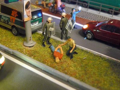 Doch einige Streitsuchende schreckt auch das nicht ab. Nachdem eine Gruppe einen geparkten, unbemannten Streifenwagen mit Farbbomben bewarf, wurde hier ein schnelles Eingreifen erforderlich.