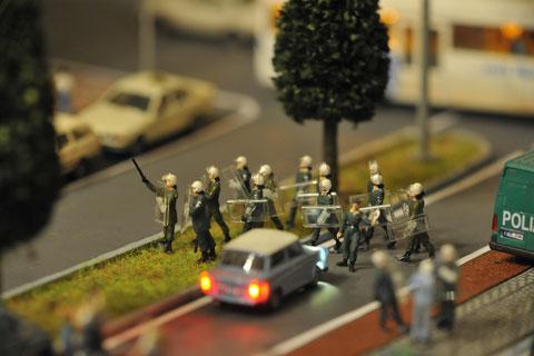 Einsatzkräfte machen sich auf den Weg, um weitere Ausschreitungen zu verhindern.