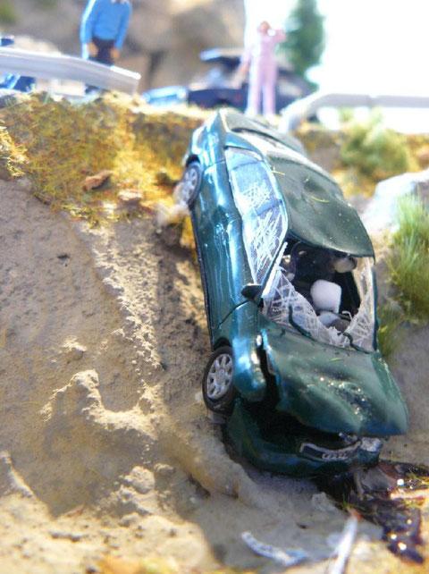 Von der Straße abgekommenes Fahrzeug bei einer realitätsnahen Einsatzübung - Szenario vor dem Eintreffen der Rettungskräfte