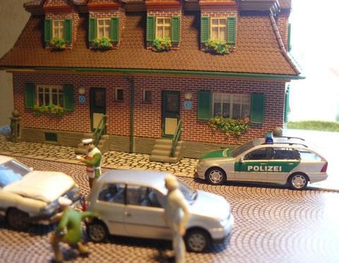 Beamte der Polizeiwache bei einer Verkehrsunfallaufnahme