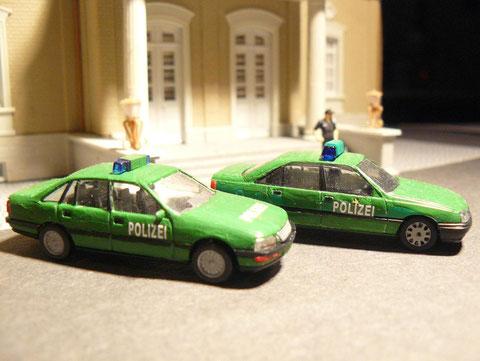 Zwei Führungsfahrzeuge (Opel Omega und Opel Senator)