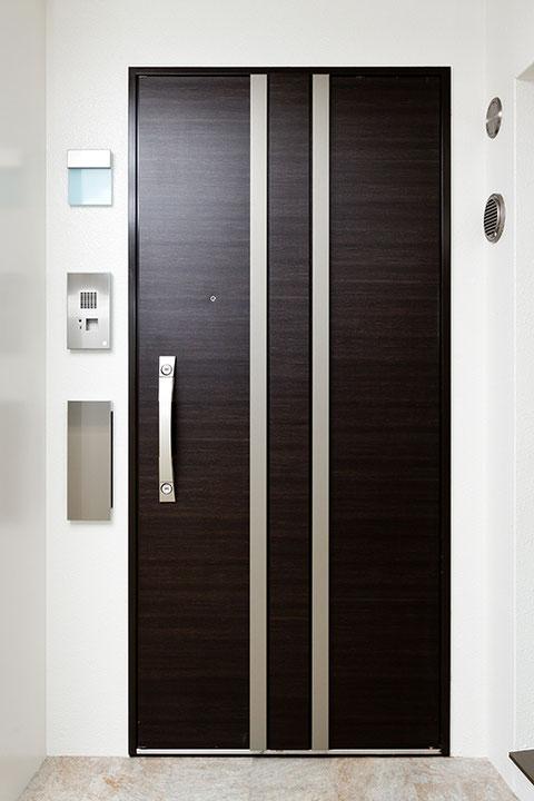 格調の玄関ドア
