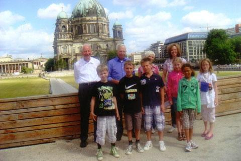 Foto: das Team Breckenheim bei der Stadtrundfahrt, im Hintergrund der Berliner Dom