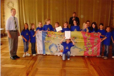 Foto: Staatssekretär Joachim Jacobi ehrt die Kinder vom Team Breckenheim