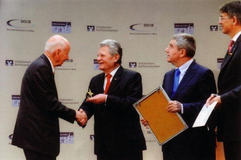 Der Bundespräsident Joachim Gauck überreicht dem TVB-Vorsitzenden Hans-Jürgen Portmann den Stern des Sports in Gold, Foto: Kai Bienert / Meike Engels