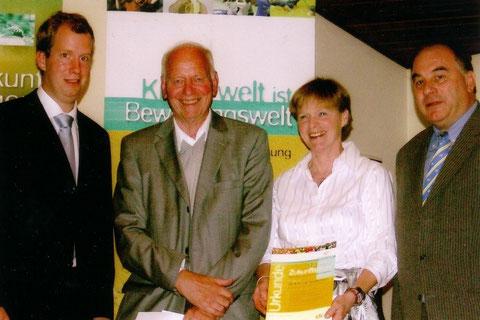 Foto: Vorstandsmitglieder der Deutschen Sportjugend überreichen den dsj-Zukunftspreis an Frau Jutta J. Winkler und Hans-Jürgen Portmann