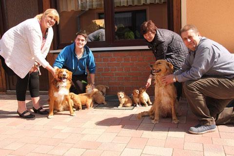 Links: Astrid und Urmel mit Familie Giesecke, Kim und ihre Welpen