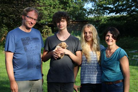 Familienfoto am 09 August 15:  Mechthild und Hubert S., Kinder Sophie und Silas mit George