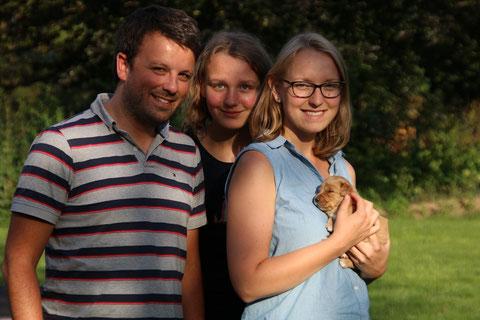 Familienfoto am 09 August 2015: Anne und Sven M. und Anne's kleine Schwester Lisa mit Gisi