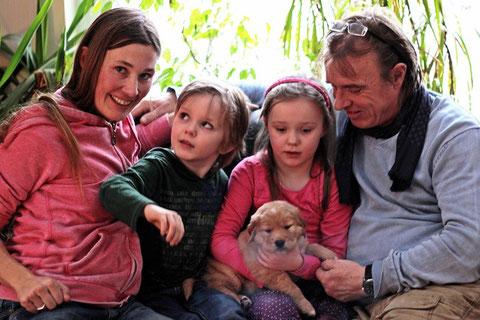 """Anja & Thomas, mit Kinder Maite und Benni und Goldentolling Rüde """"Elvis"""""""