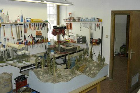 Der Werkraum mit den verschiedenen Werkzeugen und Maschinen