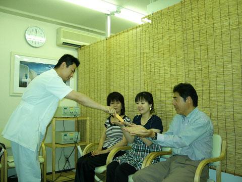 つるかめ鍼灸養生院の電位治療の様子