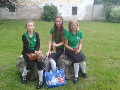 Julia Christian, Emma Lorbek und Hanna Forster beim Sonnwendfest der TMK St.Gallen, Juni 2016