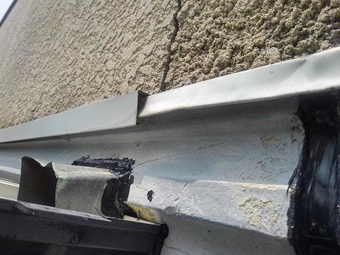雨漏り修理前の調査で雨漏り原因を発見した。壁の割れと板金取り合い部からの雨漏り