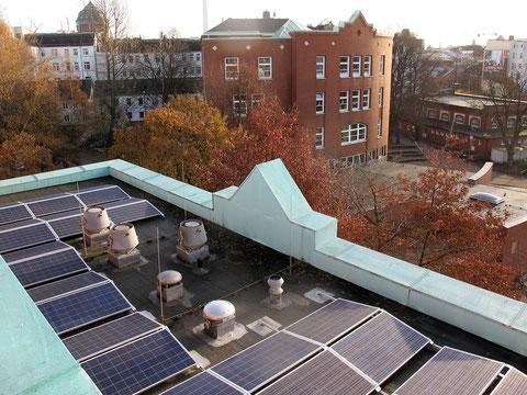 Die Solaranlage (Bildausschnitt) auf dem Nebengebäude