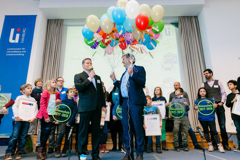 Senator Kerstan erhielt eine Menge Luftballons: Jeder stand für eine besonders gelungene Klimaschutzmaßnahme einer Schule.