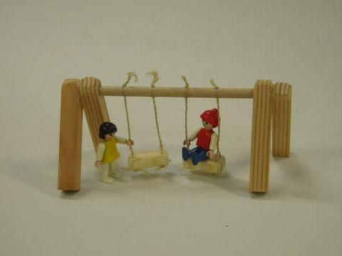 Eine Spielzeugschaukel.