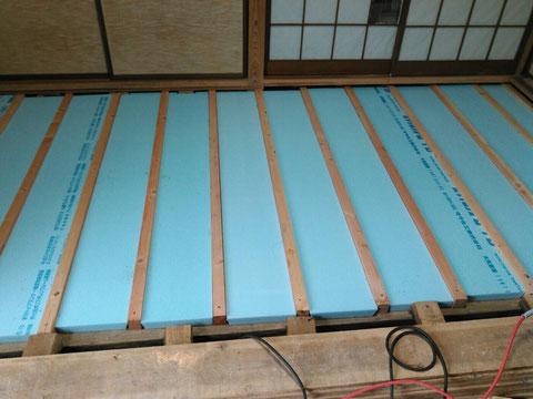 畳下の床に断熱材を施工