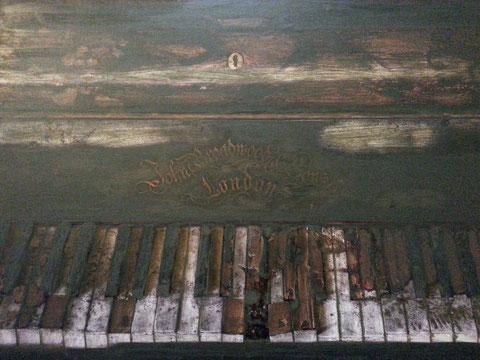Autore : Antonella Sassanelli Titolo: Qualcosa Tecnica e supporto: mista con metalli su carta e legno Dimensioni: cm. 80 x 60 Anno: 2014