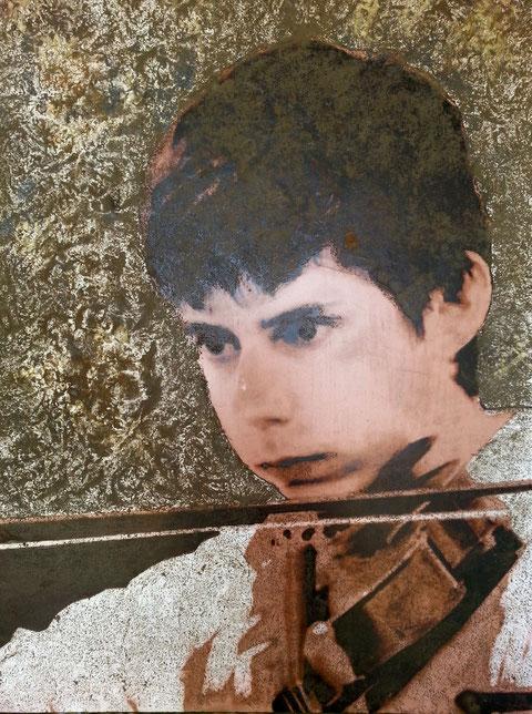 Autore : Antonella Sassanelli Titolo: Lezione di violino Tecnica e supporto: mista con metalli su carta e legno Dimensioni: cm. 60 x 80 Anno: 2014