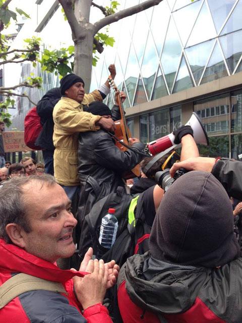 Cayo Vicente e Ignacio del Valle en mítin relámpago durante fuertes protestas callejeras, Alemania.