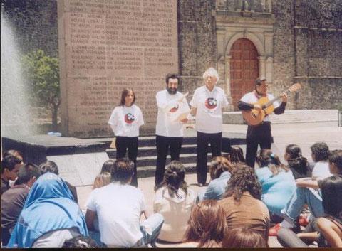 Piccolina, Leopoldo Ayala, Dr Fausto Trejo y Cayo Vicente (Arte Colectivo en Acción) en Tlatelolco, México