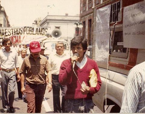 Cayo Vicente al frente de la marcha de 20 mil maestros poblanos 1989