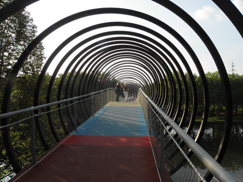 Slinky-springs-to-fame-Bridge, Oberhausen, am Kaisergarten