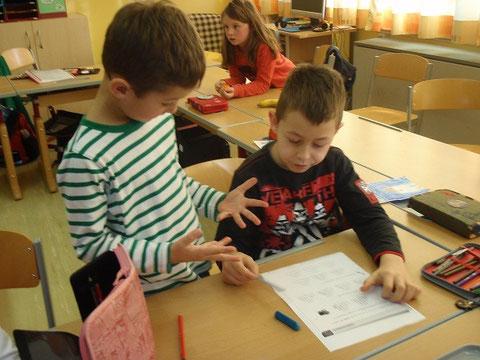 Schüler helfen sich gegenseitig! (Soziales Lernen: Richtiges Helfen lernen!!)