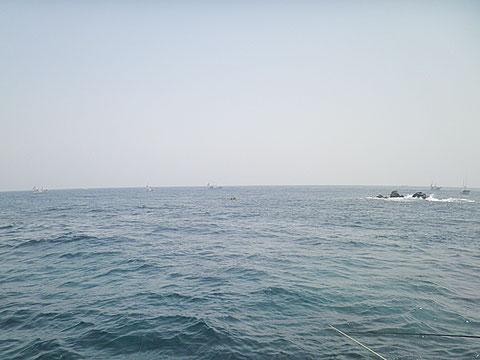沖に見える船は実は全部「潜り」です。どこまで浅いのやら…