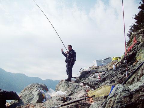 磯釣師さんはよく竿を曲げてました