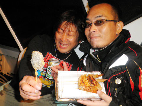 牙ちゃんとお友達の隈元さんです。居酒屋のお土産をあげました^^
